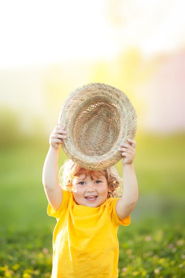 Urocza szczęśliwa todder dziewczyna z stawu kapeluszem, mały rolnik obraz stock