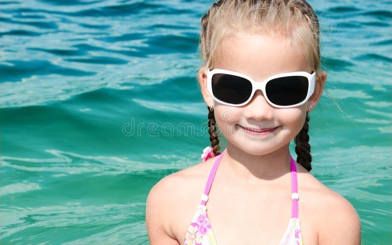 Urocza uśmiechnięta mała dziewczynka na plaża wakacje zdjęcie royalty free