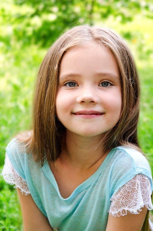 Urocza uśmiechnięta mała dziewczynka w letnim dniu obraz stock