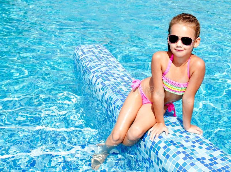 Urocza uśmiechnięta mała dziewczynka w pływackim basenie zdjęcie royalty free