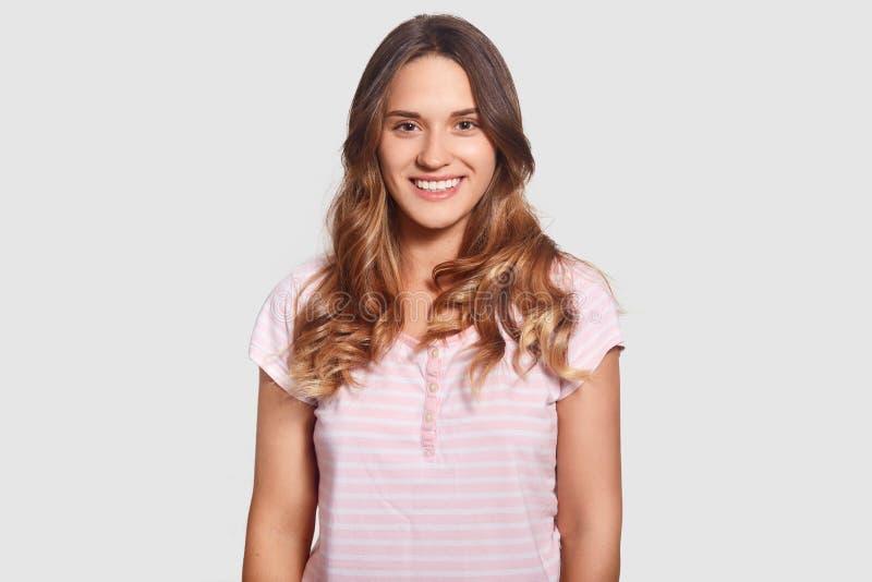 Urocza wesoło piękna młoda Kaukaska kobieta w przypadkowych pyjamas, być w dobrego trybowego ater dobrym sen, odizolowywającym na fotografia royalty free