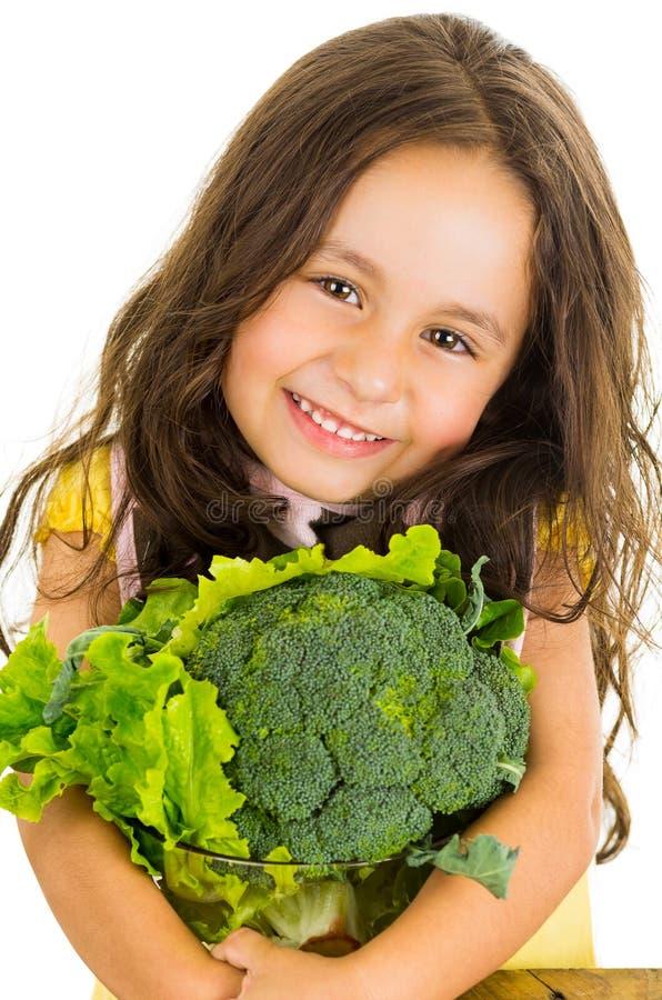 Urocza zdrowa mała dziewczynka trzyma sałatkowego puchar zdjęcia royalty free