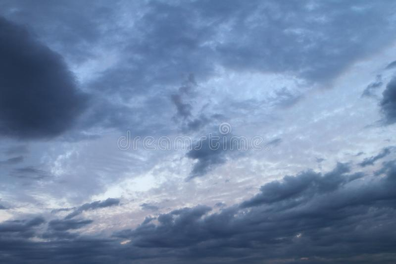 Urocze kolorowe ciężkie chmury w niebie dla używać jako tło w projekcie obraz stock