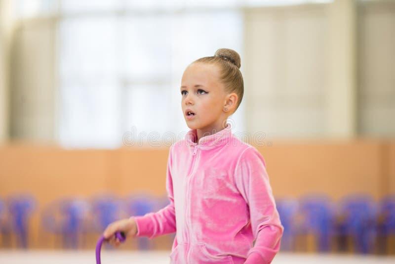 Urocze małych dziewczynek atlety trenują w rytmicznych gimnastyk sala zdjęcia stock