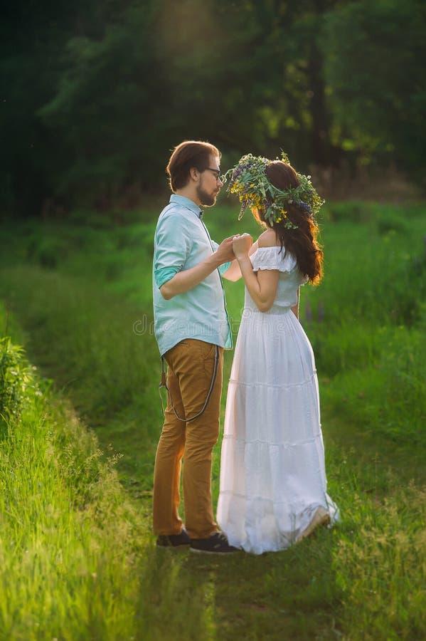 Urocze pary mienia ręki na zielonej lasowej ścieżce obraz royalty free