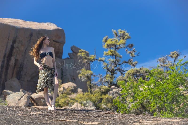Uroczego brunetki Cowgirl Wzorcowy Pozowa? Outdoors obrazy royalty free