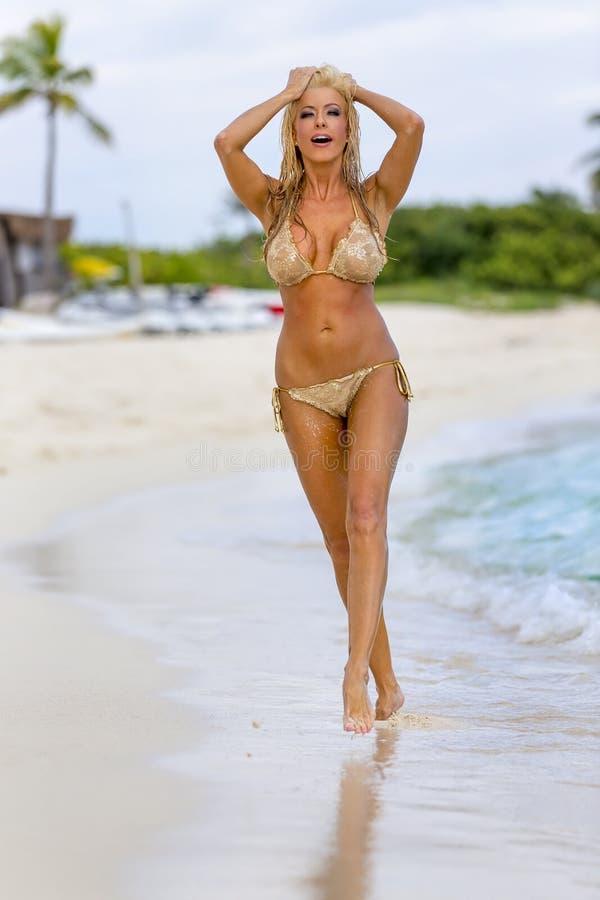 Uroczej blondynki Wzorcowy Pozować Outdoors zdjęcie royalty free