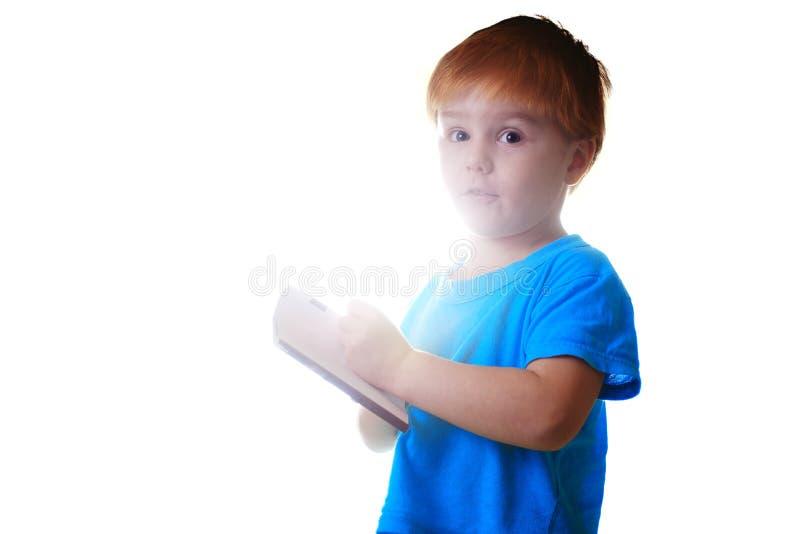 Uroczej chłopiec czytelnicza książka pojedynczy białe tło fotografia royalty free