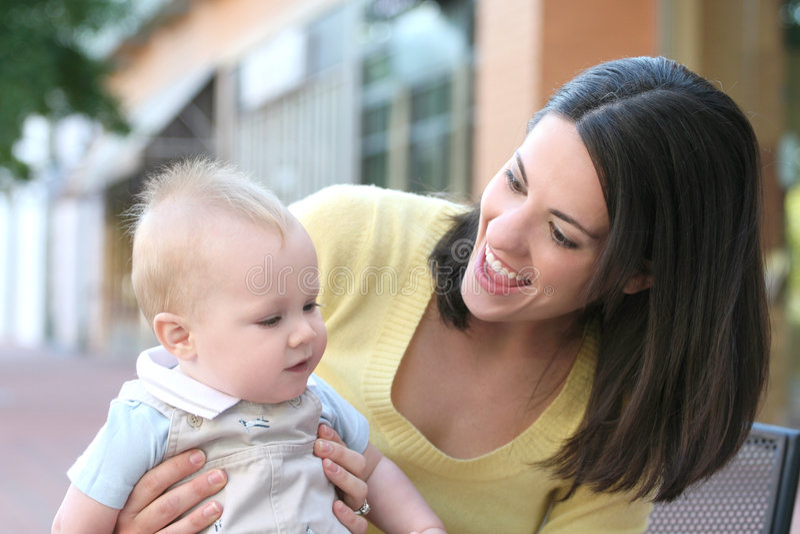 uroczej chłopiec rodzinna szczęśliwa matka obrazy stock
