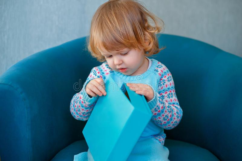 Uroczej małej dziewczynki odświętności drugi urodziny Małego dziecka otwarcia teraźniejszość zdjęcia stock