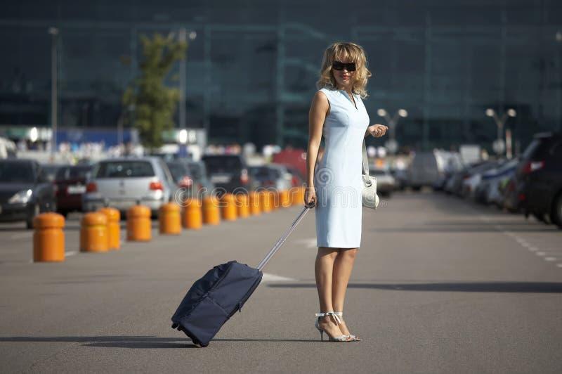uroczej uśmiechniętej walizki target1825_0_ kobieta obrazy stock