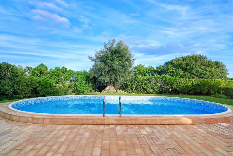 Uroczy basen w ogródzie. obraz stock