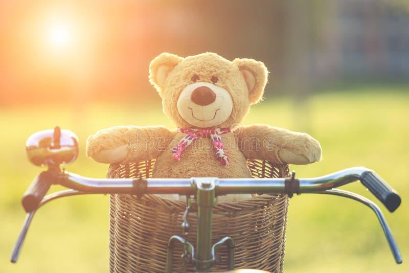 Uroczy brown miś w rattan koszu na rocznika rowerze w gree zdjęcia royalty free