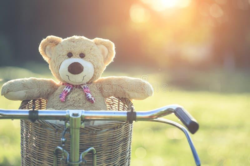 Uroczy brown miś w rattan koszu na rocznika rowerze w gree zdjęcie royalty free