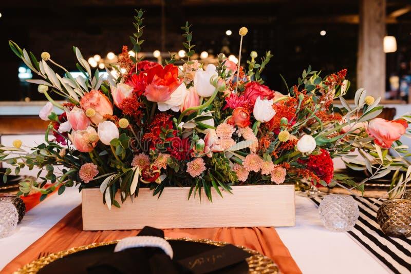 Uroczy bukiet na luksus prepeared wydarzenie stole fotografia royalty free