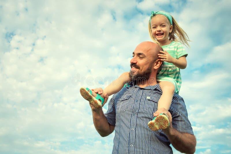Uroczy córki i ojca portret, szczęśliwy rodzinny pojęcie obrazy stock