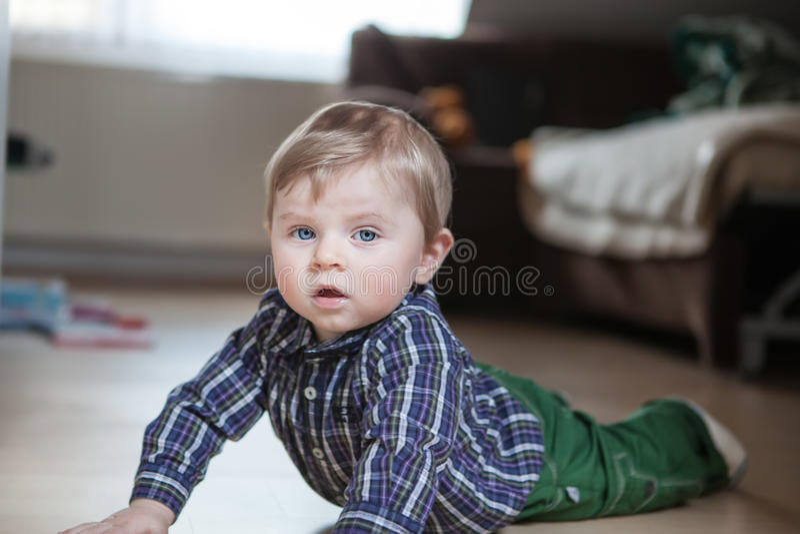 Download Uroczy Chłopiec Uczenie Czołganie Zdjęcie Stock - Obraz złożonej z dziecko, krzesło: 28953220