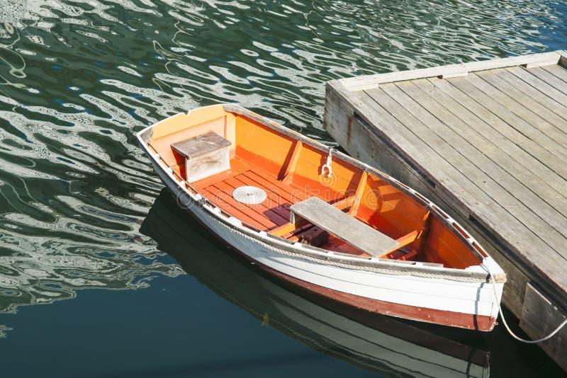 Uroczy dinghy przy molo zdjęcia stock