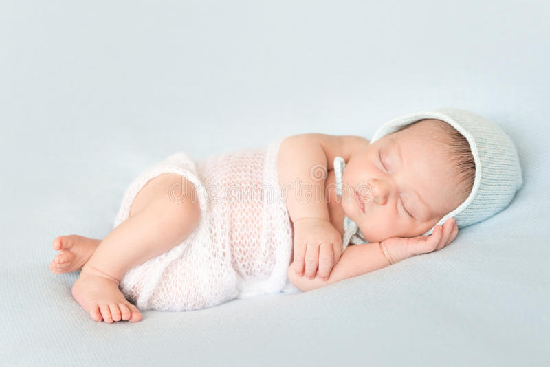 Uroczy dosypianie zakrywający nowonarodzony dziecko zdjęcia stock