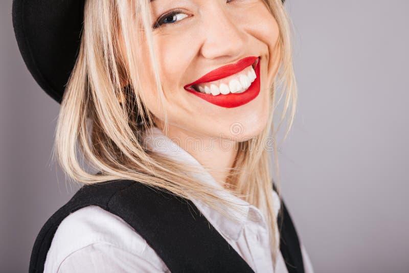 Uroczy duży zębu uśmiech w górę kobiety piękny zamknięty portret Czarny i biały ubrania siwieją tło zdjęcia royalty free