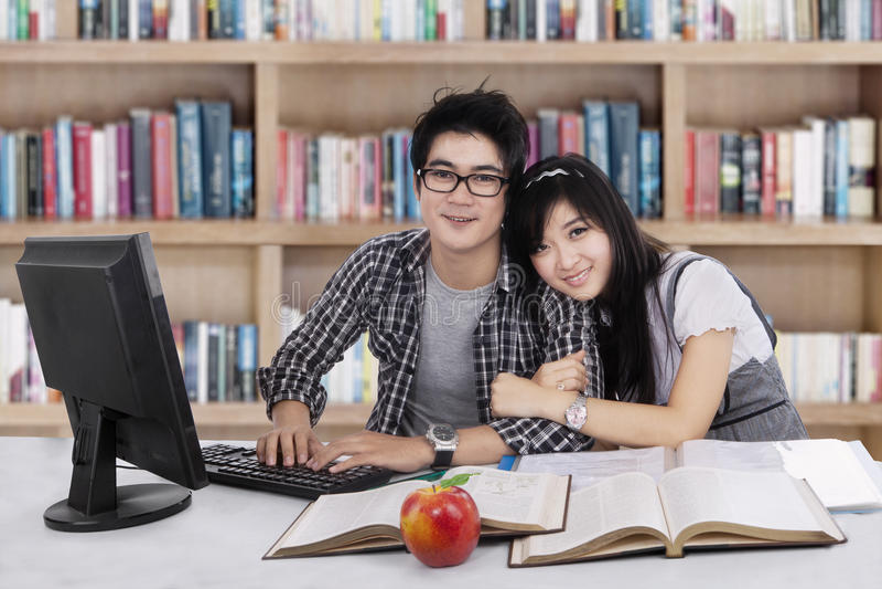 Uroczy dwa uczeń w bibliotece 1 fotografia royalty free