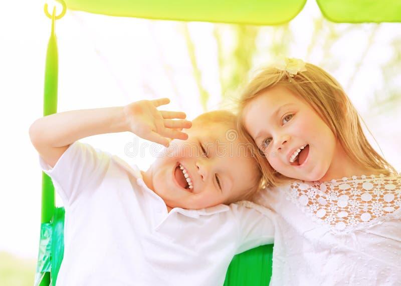Uroczy dzieci na huśtawce zdjęcie stock