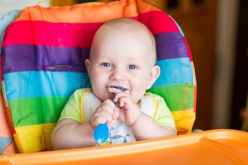 Uroczy dziecka łasowanie w wysokim krześle obrazy royalty free