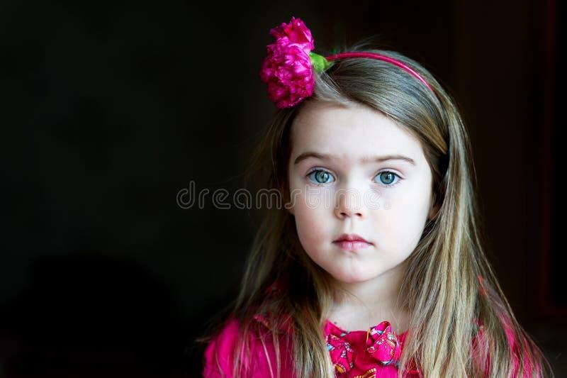 uroczy dziecka dziewczyny kapitałki portret obraz stock