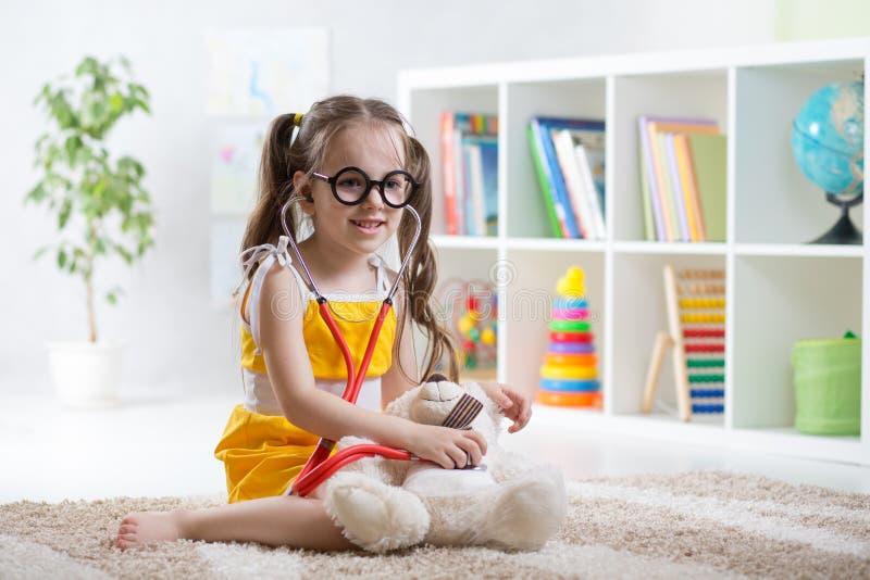 Uroczy dziecko bawić się lekarkę w daycare zdjęcia royalty free