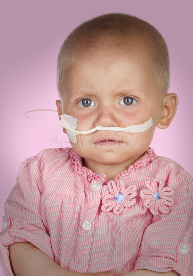 Uroczy dziecko bez włosy bije chorobę obraz royalty free