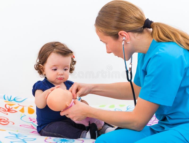 Uroczy dziecko przy lekarką zdjęcie royalty free