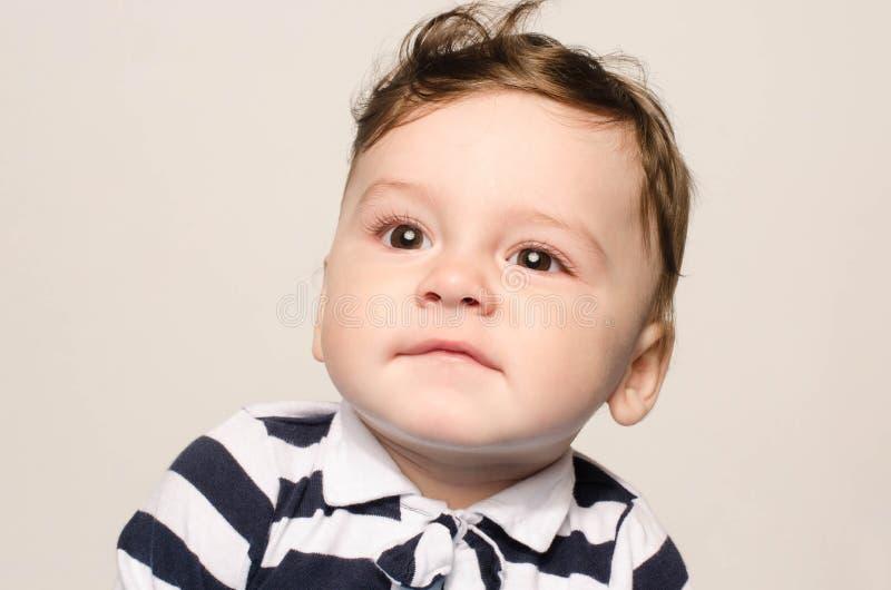 Uroczy dziecko robi ślicznego mimika zdjęcia royalty free