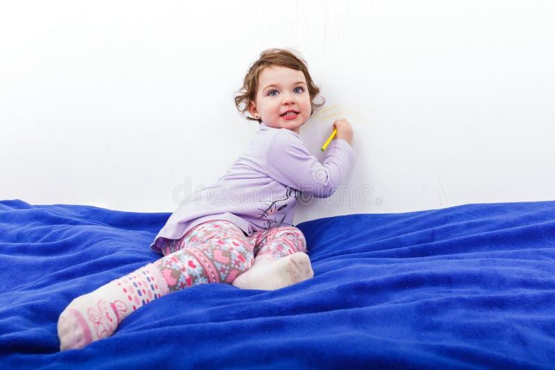 Uroczy dziecko rysunek na ścianie obrazy stock