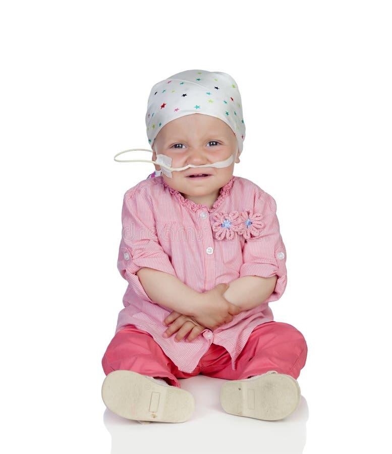 Uroczy dziecko z chustka na głowę bije chorobę zdjęcie royalty free