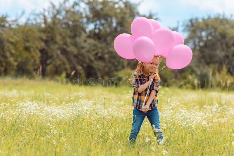uroczy dziecko z menchiami szybko się zwiększać pozycję zdjęcie royalty free