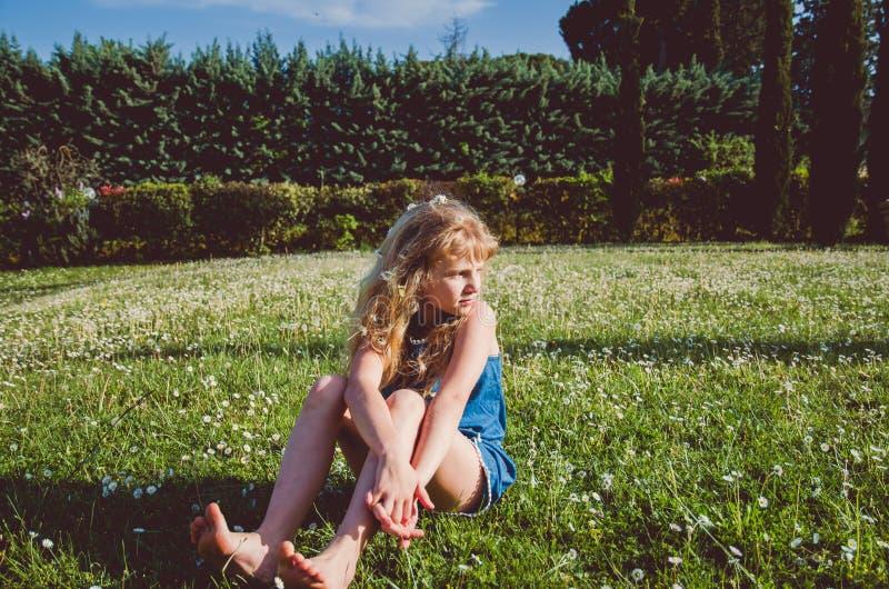Uroczy dziewczyna portret w zielonej łące zdjęcia royalty free