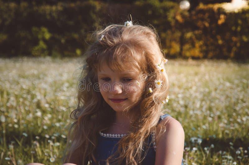 Uroczy dziewczyna portret w zielonej ??ce fotografia stock