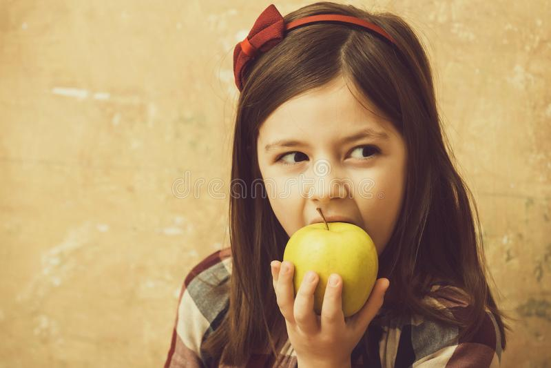 Uroczy dziewczyny łasowania witaminy koloru żółtego jabłko obrazy royalty free