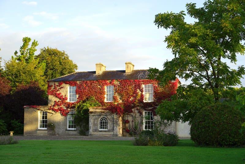 Uroczy Irlandzki rezydencja ziemska dom z naturalnym spadku kolorem obrazy royalty free