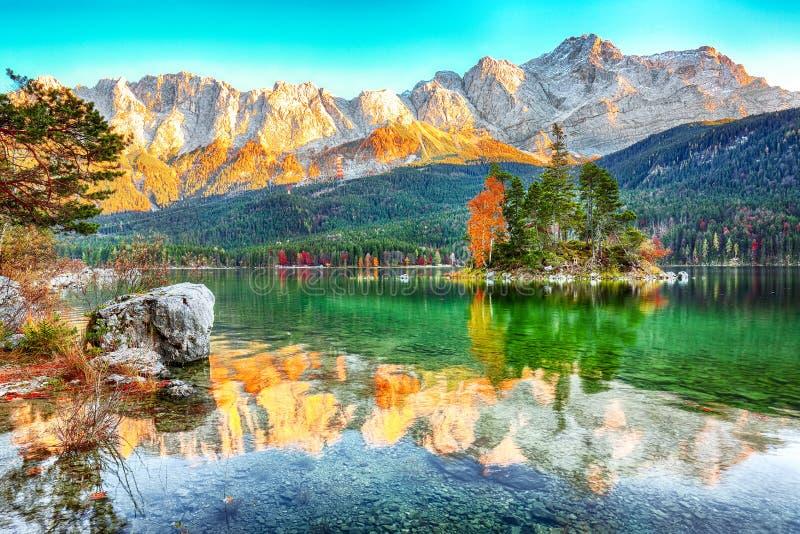 Uroczy jesienny krajobraz wysp z sosnami w środku jeziora Eibsee fotografia stock