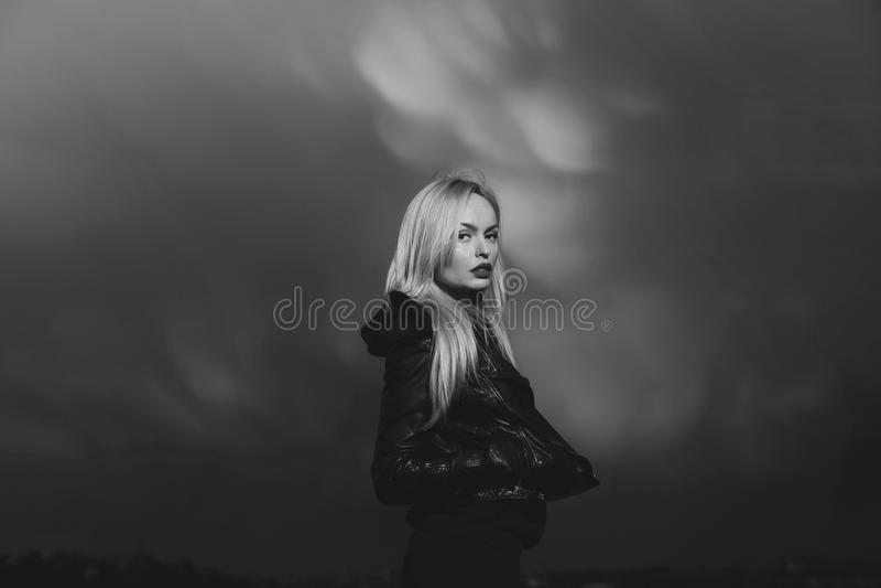uroczy kamery się ciemne oczy mody portret kobiety modelu stanowi całkiem pasjonujące zmysłowe gapić kobiety nastoletnich się mło zdjęcie royalty free