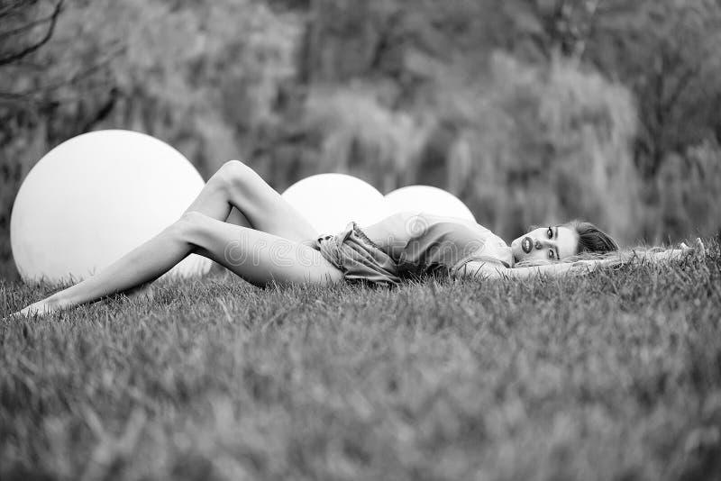 uroczy kamery się ciemne oczy mody portret kobiety modelu stanowi całkiem pasjonujące zmysłowe gapić kobiety nastoletnich się mło fotografia stock