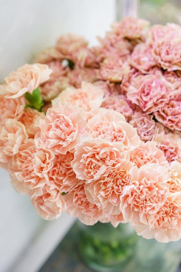 Uroczy kwiaty w szklanej wazie Piękny bukiet goździk jest niezwykłym kolorem Kwiecisty skład, światło dzienne Lato obraz stock