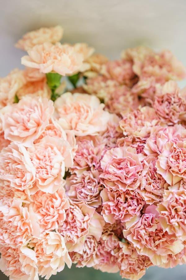 Uroczy kwiaty w szklanej wazie Piękny bukiet goździk jest niezwykłym kolorem Kwiecisty skład, światło dzienne Lato zdjęcie royalty free