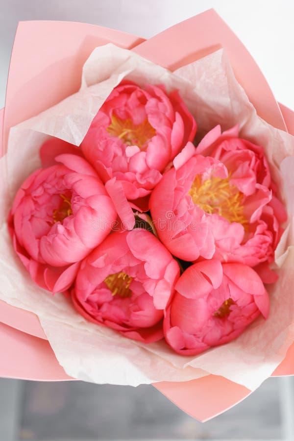 Uroczy kwiaty w szklanej wazie Piękny bukiet peonia koralowy urok poniekąd Kwiecisty skład, scena, światło dzienne wally obraz royalty free