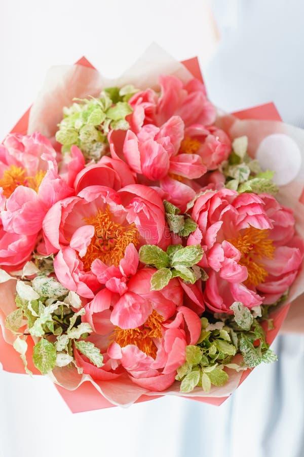 Uroczy kwiaty w szklanej wazie Piękny bukiet peonia koralowy urok poniekąd Kwiecisty skład, scena, światło dzienne wally zdjęcie stock