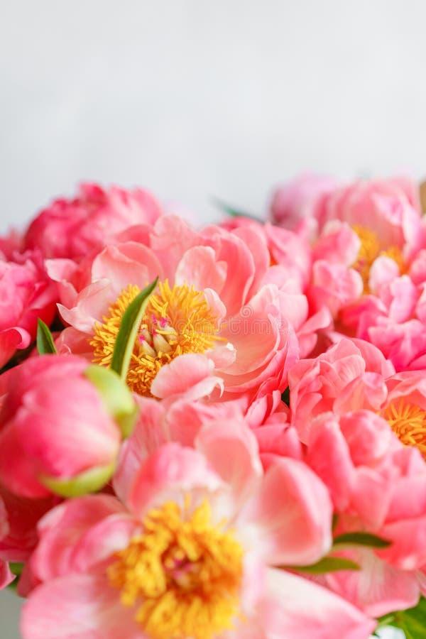 Uroczy kwiaty w szklanej wazie Piękny bukiet peonia koralowy urok poniekąd Kwiecisty skład, scena, światło dzienne wally Ve fotografia royalty free