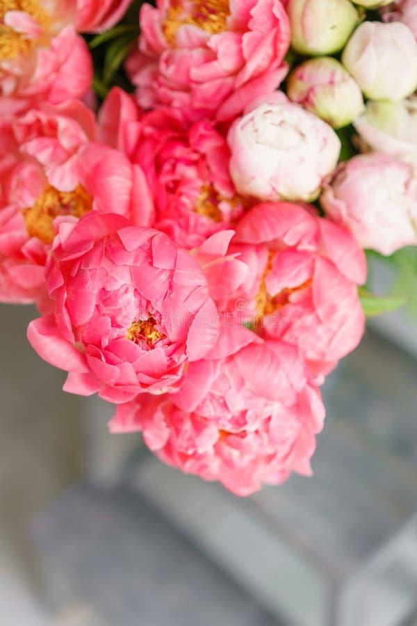 Uroczy kwiaty w szklanej wazie Piękny bukiet peonia koralowy urok poniekąd Kwiecisty skład, scena, światło dzienne wally Ve zdjęcie royalty free