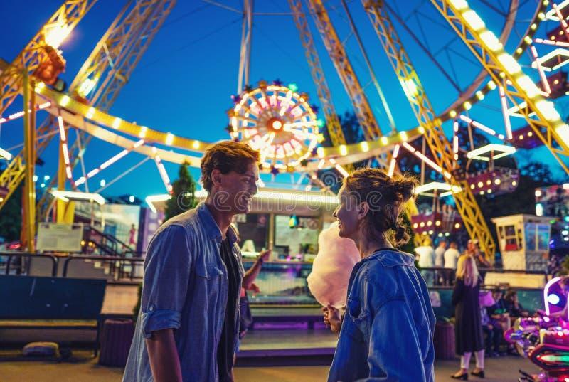 Uroczy młody modniś pary datowanie podczas lato zmierzchu obrazy royalty free