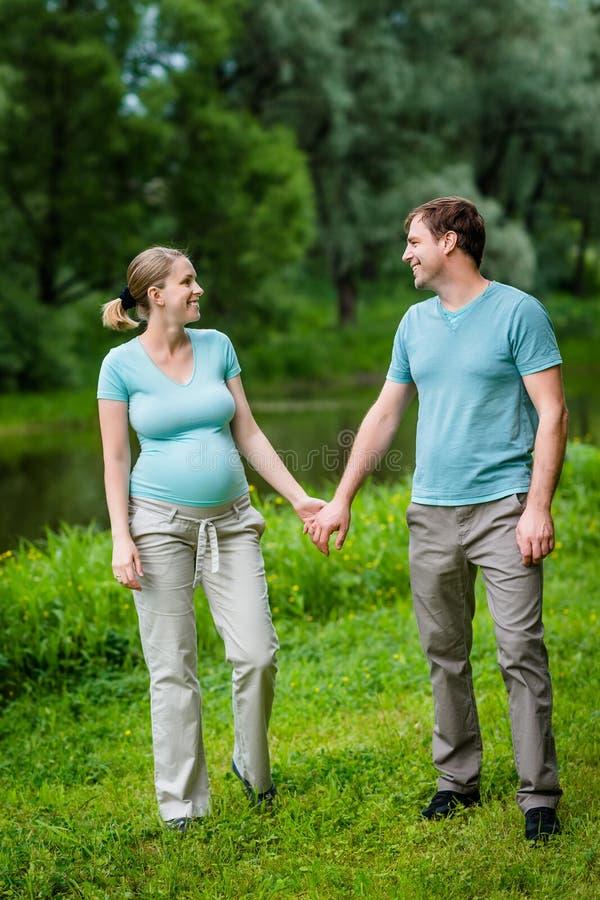 Uroczy młody kobieta w ciąży i szczęśliwy przystojny mężczyzna ono uśmiecha się obraz stock
